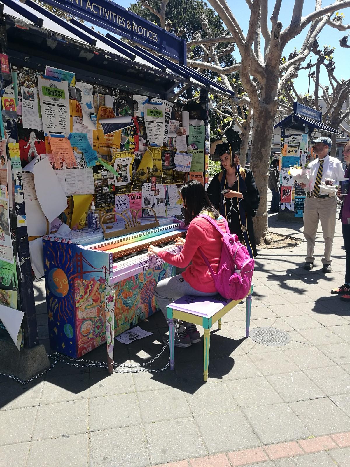 我在南门广场弹钢琴